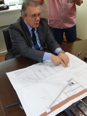 Eduardo Pinto mostra como é o projeto da Arena e do Grêmio (Foto: Jessica Mello / GLOBOESPORTE.COM)