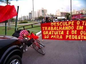 Entrada de carros na universidade foi impedida nesta manhã. (Foto: Reprodução/TV Gazeta)