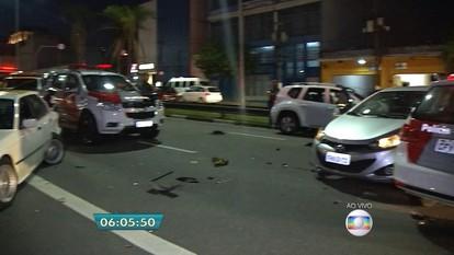 Roubo a carro termina com acidente e 3 suspeitos baleados em São Paulo