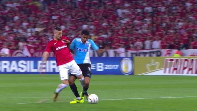 <p> Nico Lopez avança, Lucas Taylor chega e Marcão fica com a bola. Perigoso o lance</p>