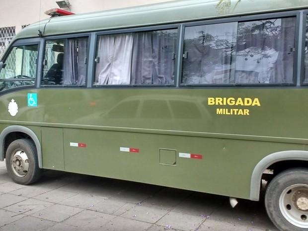Micro-ônibus está em frente ao Palácio da Polícia, em Porto Alegre (Foto: Paulo Ledur/RBS TV)