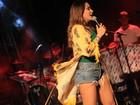 Alinne Rosa usa shortinho jeans em show em Salvador