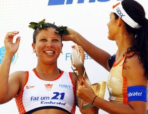 Volei - Rainha da Praia - Rebecca usando a coroa da Talita (Foto: Jorge William/Agência O Globo)