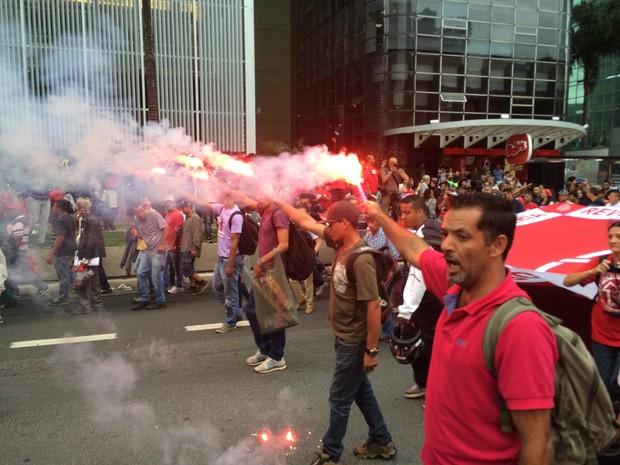 Manifestantes usam sinalizadores durante caminhada na Avenida Paulista (Foto: Roney Domingos/G1)