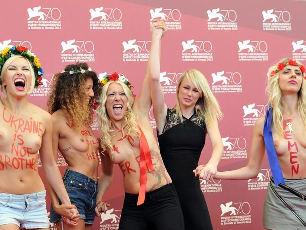 Ativistas do Femen divulgam filme no Festival de Veneza (Foto: AFP PHOTO / TIZIANA FABI )
