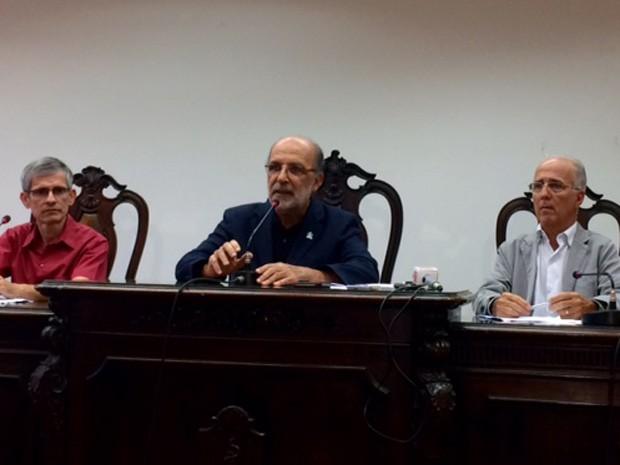 Coletiva do Sindicato dos Médicos do Rio nesta segunda-feira (11). Ao centro, o presidente do Sindmed, Jorge Darzeete  (Foto: Káthia Mello/G1)