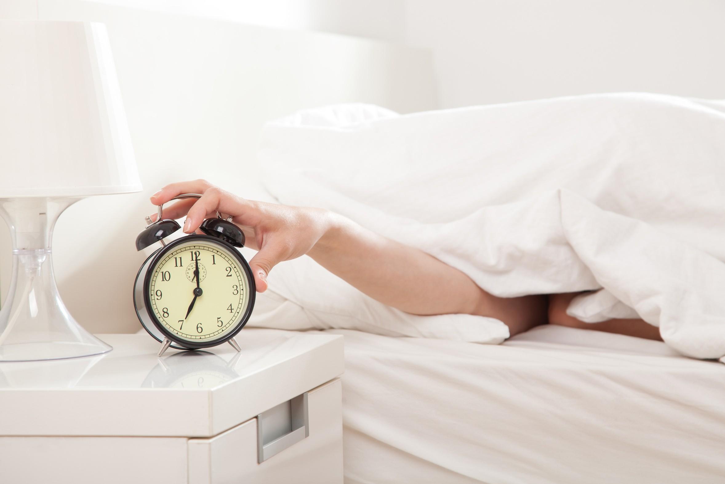 A ciência explica o que fazer quando acordar antes do despertador