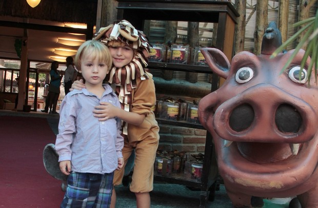 Noah e Guy, filhos de Danielle Winits (Foto: Isac Luz / EGO)