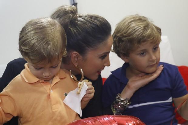 EGO - Claudia Leitte recebe carinho dos filhos em camarim ...