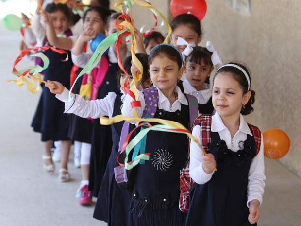 Meninas fazem fila para entrar na escola em Bagdá (Foto: Ahmad Al-Rubaye/AFP)
