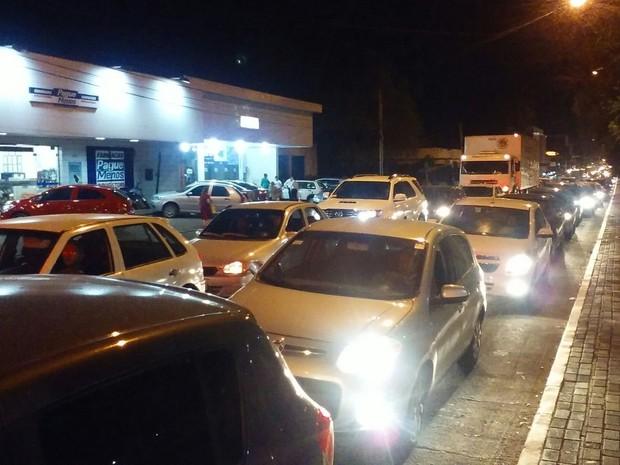 Trânsito caótico na Avenida Pires de Castro (Foto: Fernando Brito/G1)