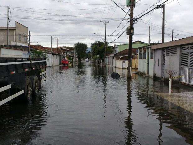 Água invadiu a Zona Noroeste, em Santos (Foto: G1)
