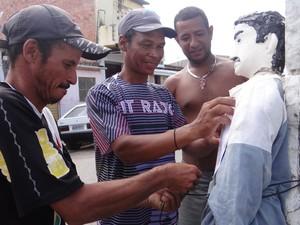 Vizinhos se ajudam na tarefa de preparar Judas para a malhação. (Foto: Michelle Farias/G1)