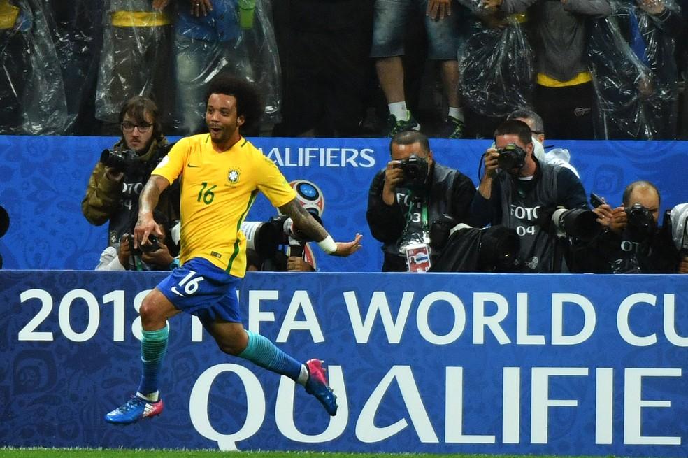 Marcelo comemora o terceiro gol do Brasil na vitória sobre o Paraguai (Foto: AFP)