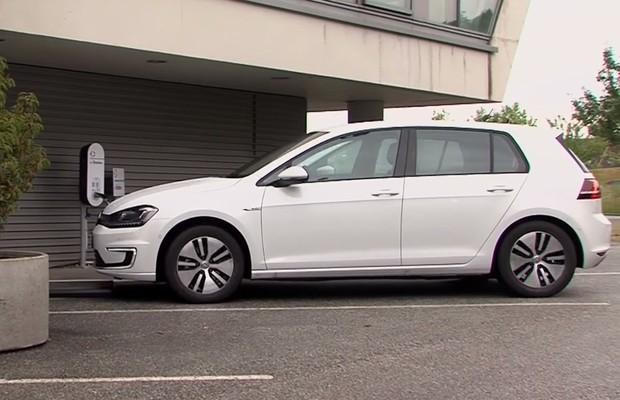 Volkswagen testa Golf elétrico que se estaciona e recarrega sem o motorista (Foto: Reprodução)