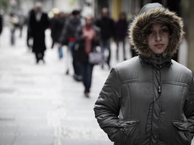 Quem caminha pelo Centro de São Paulo enfrenta temperatura baixa na quarta-feira (24) (Foto: Caio Kenji/G1)