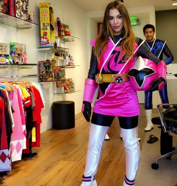 Chrystiane Lopes com o uniforme da Ranger Rosa (Foto: Reprodução/Instagram)
