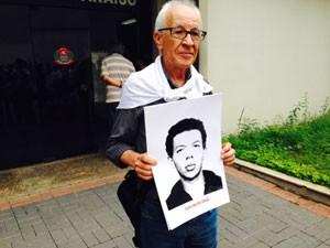 Anivaldo Padilha, que foi torturado e participou do evento com imagem de um amigo desaparecido no período da ditadura (Foto: Márcio Pinho/G1)
