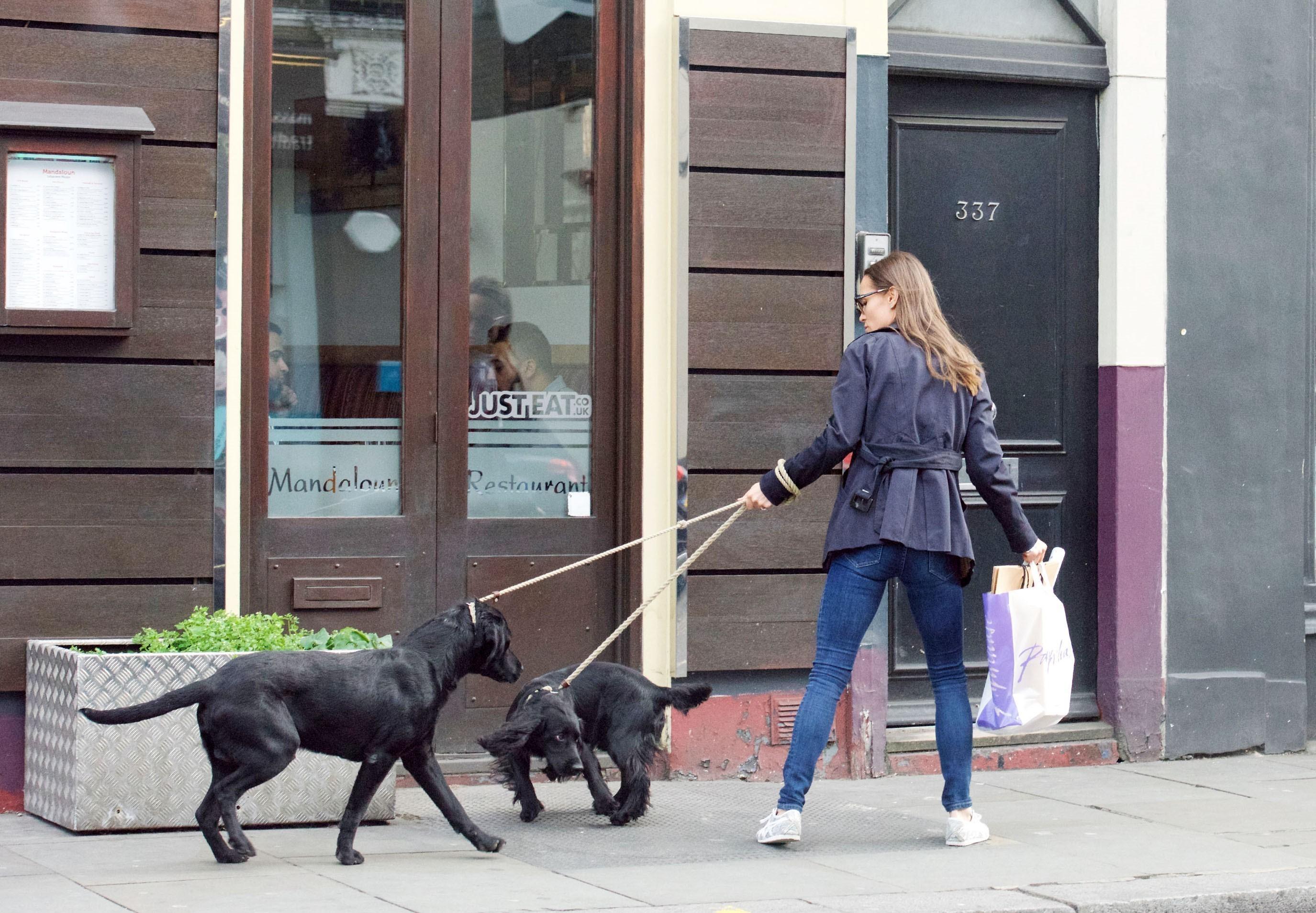 Recém-casada, Pippa Middleton é flagrada em dia de compras em Londres (Foto: AKM-GSI )