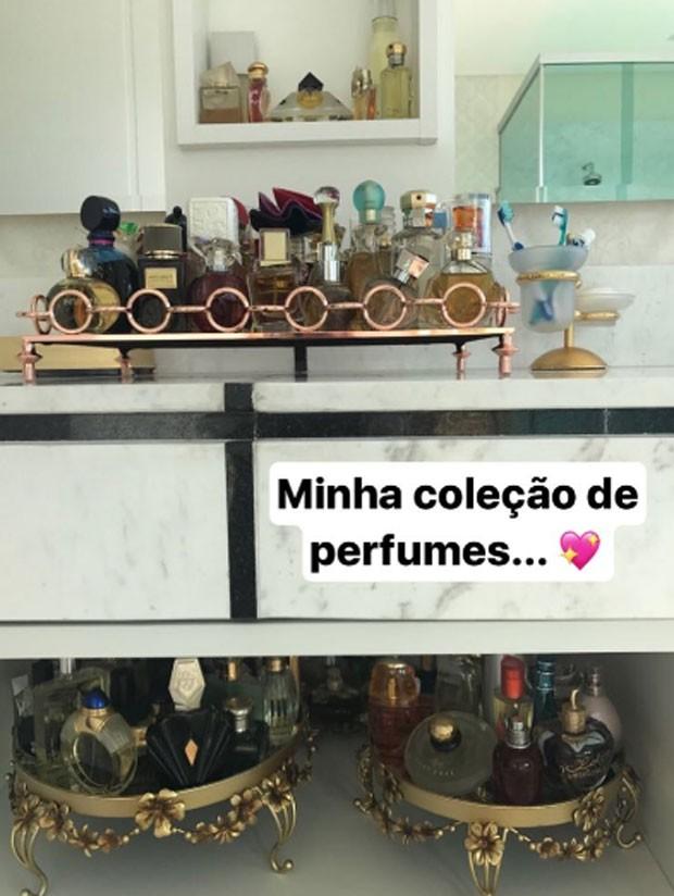 Zilu Godoi  exibe a coleção de perfumes (Foto: Reprodução)