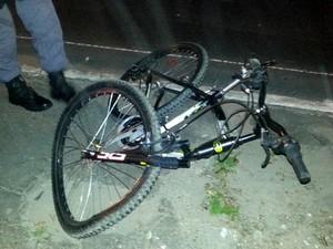 Bicicleta ficou parcialmente destruída (Foto: Marcos Dantas/G1 AM)