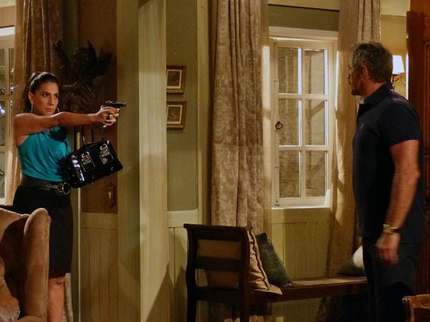 Wanda aponta arma para o Coronel Nunes (Foto: Salve Jorge/ TV Globo)