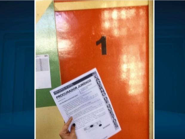 Candidatos tiraram foto até da prova do concurso (Foto: Reprodução/ EPTV)