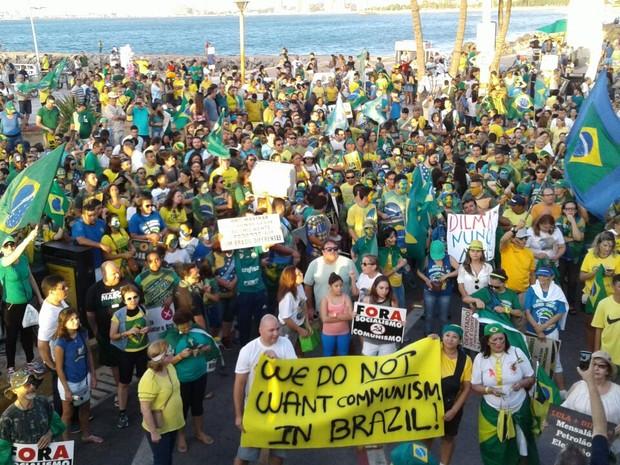 Manifestantes pedem a saíde de Dilma Rousseff em protesto na Praia de Iramcema, em Fortaleza (Foto: Alessandro Torres/TV Verdes Mares)