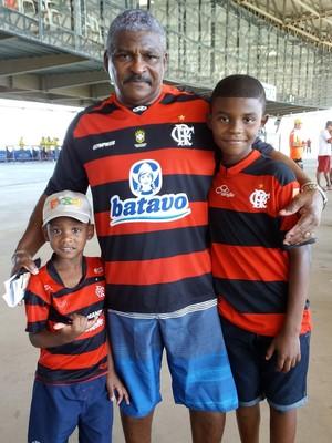Luiz Carlos Souza levou os netos ao jogo do Flamengo (Foto: Richard Pinheiro/GloboEsporte.com)