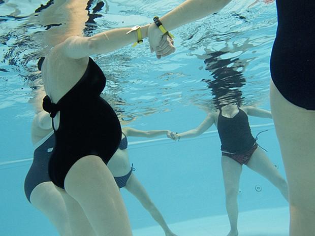 Hidroginástica é um dos exercícios mais recomendados pelos médicos na gravidez (Foto: AMELIE-BENOIST/BSIP/AFP)