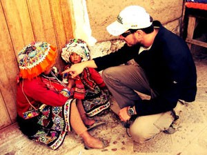 Júnior com crianças bolivianas, no início da viagem (Foto: Arquivo Pessoal)