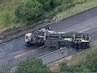 Caminhão-cegonha com 9 carros pega fogo após colisão na BA-524