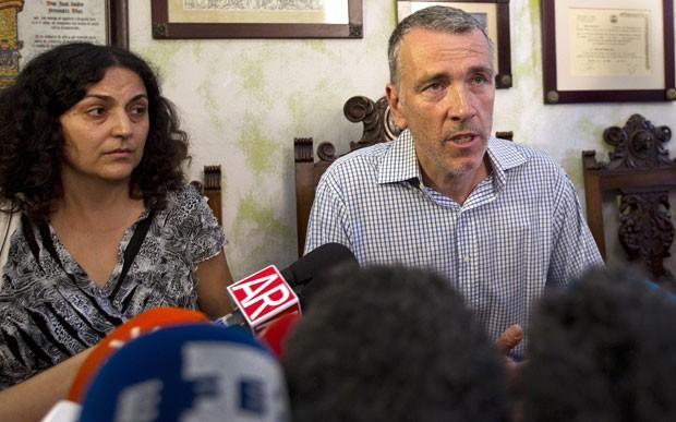 Brett e Naghemeh King, pais de Ashya King, concederam entrevista nesta quarta-feira (3) em Sevilha, na Espanha (Foto: Miguel Angel Morenatti/AP)