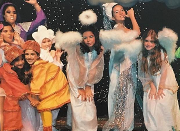 Como anjinha, Marina Ruy Barbosa (à direita) posa com elenco de peça infantil (Foto: Reprodução/Instagram)