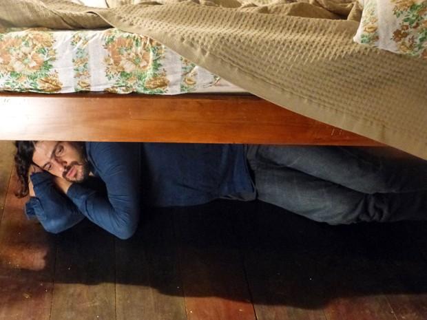 Jairo se esconde embaixo da cama  (Foto: TV Globo)