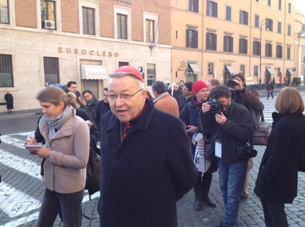O arcebispo de Paris, André Vingt-Trois, é cercado por repórteres ao chegar ao encontro de cardeais nesta segunda-feira (4) no Vaticano (Foto: Juliana Cardilli/G1)