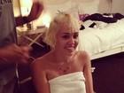 Miley Cyrus posa só de toalha enquanto muda o visual