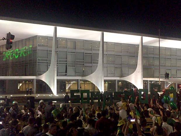 """Manifestantes se concentram em frente ao Palácio do Planalto, durante protesto contra a presidente DIlma; grupo projetou com luz a palavra """"impeachment"""" na lateral do prédio e exibiu letras que formavam a frase """"somos Moro"""" (Foto: Alexandre Bastos/G1)"""