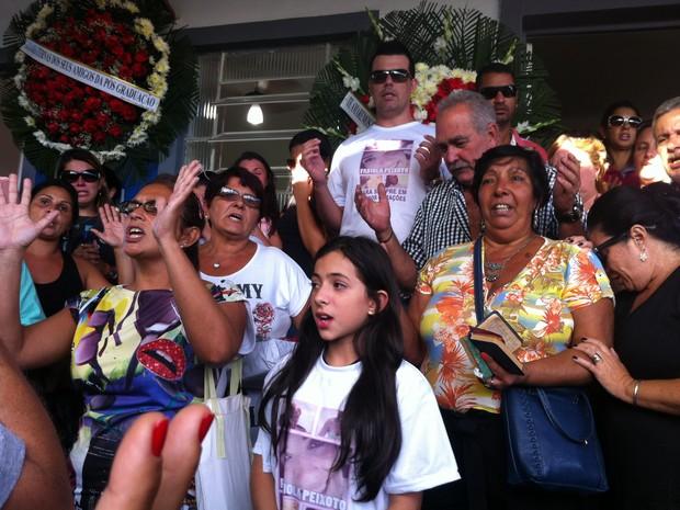 Parentes e amigos prestam última homenagem a Fabíola da Cunha Peixoto (Foto: Daniel Silveira/ G1)