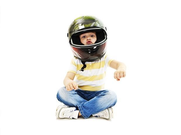 Menino dirigindo uma moto imaginária (Foto: Thinkstock)