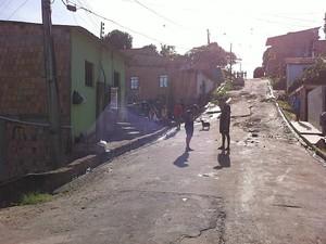 Crime aconteceu em residência localizada no bairro Monte das Oliveiras (Foto: Camila Henriques/G1 AM)
