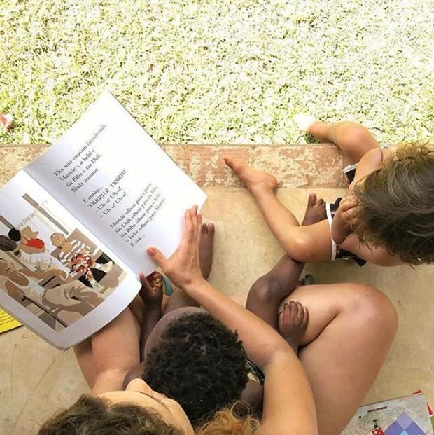 Leandra lê para a filha e uma amiguinha (Foto: Reprodução/Instagram)