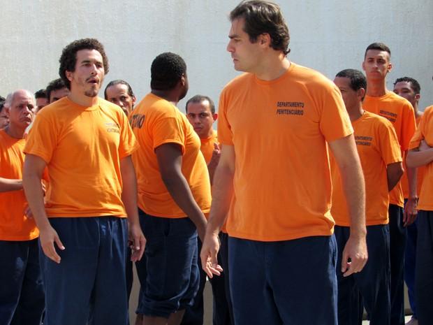 Marcos é humilhado no cadeia (Foto: Maria Clara Lima/ Gshow)