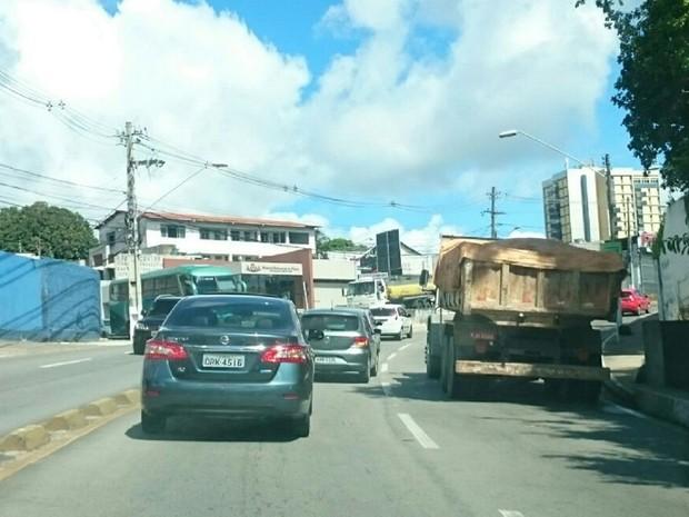 Caminhão quebrou na subida da ladeira Geraldo Melo (Foto: Cau Rodrigues/G1)