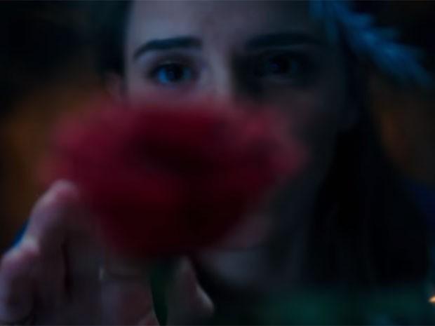 A atriz Emma Watson em sua brevíssima aparição no primeiro teaser trailer de 'A Bela e a Fera' (Foto: Divulgação)