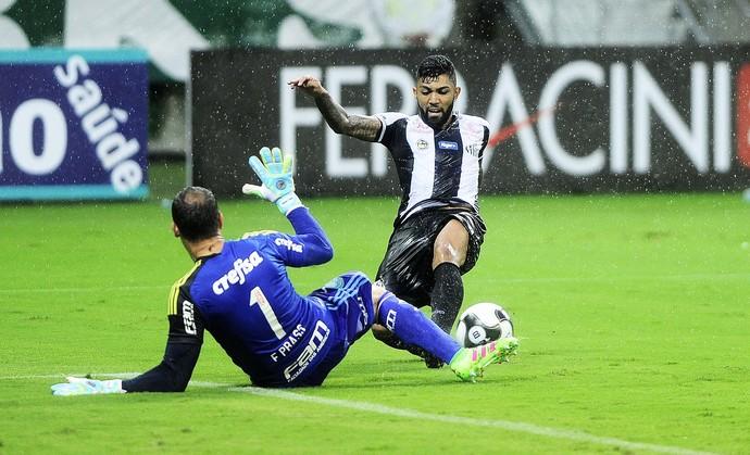 Gabriel perde gol frente a frente com Fernando Prass - Palmeiras x Santos (Foto: Marcos Ribolli)