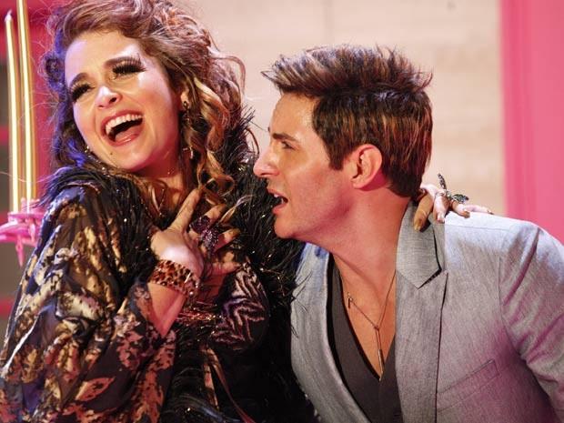 O amor é lindo, pelo menos no clipe: Chay e Fabian cantam juntos o dueto (Foto: Cheias de Charme / TV Globo)