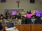 População protesta após 'rejeição' de redução de salários de políticos