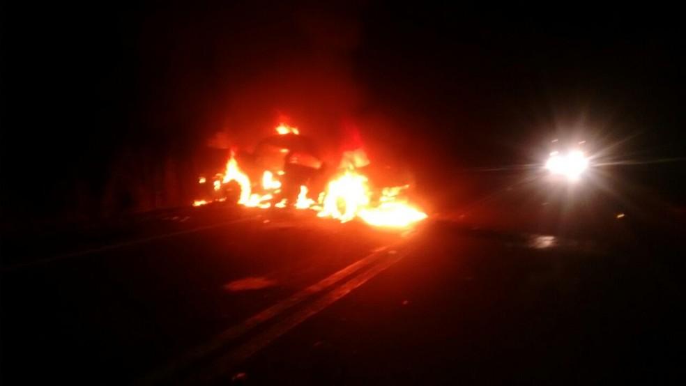 Caminhonete pegou fogo na BR-242 (Foto: Jairo Santos/TV Anhanguera)