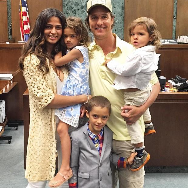 Matthew McConaughey e Camila Alves: família completa com Vida, Levi e Livingston (Foto: Reprodução)